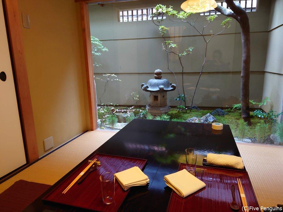 個室は中庭が見える京都らしい雰囲気