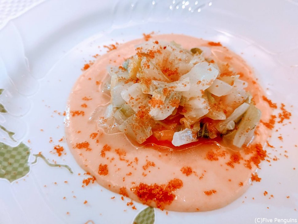 鮭、ひよこ豆のソース、白菜の煮込、カラスミパウダー