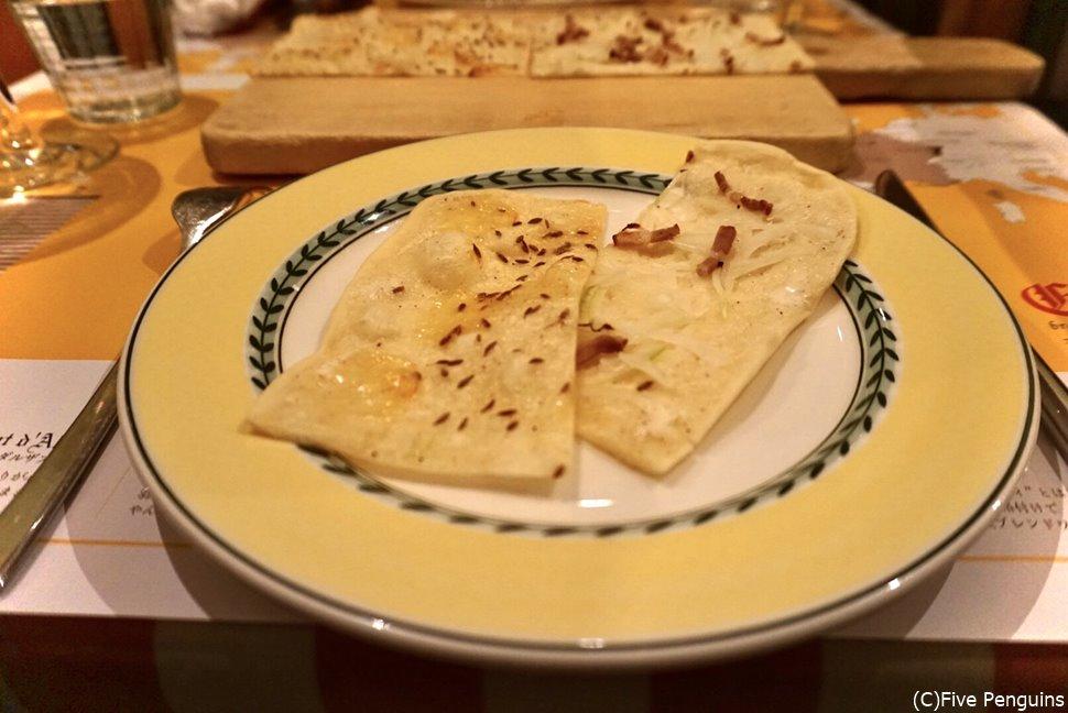 薄い生地が特徴的なアルザス風ピザの「タルトフランベ」