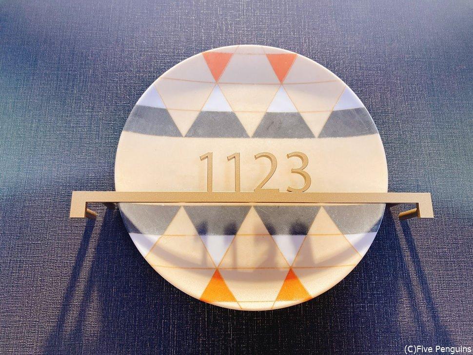 お部屋の前の部屋番号。デザインが可愛い!