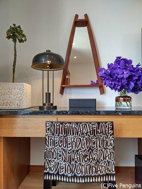 クルス氏デザインの椅子など、部屋のインテリアも秀逸