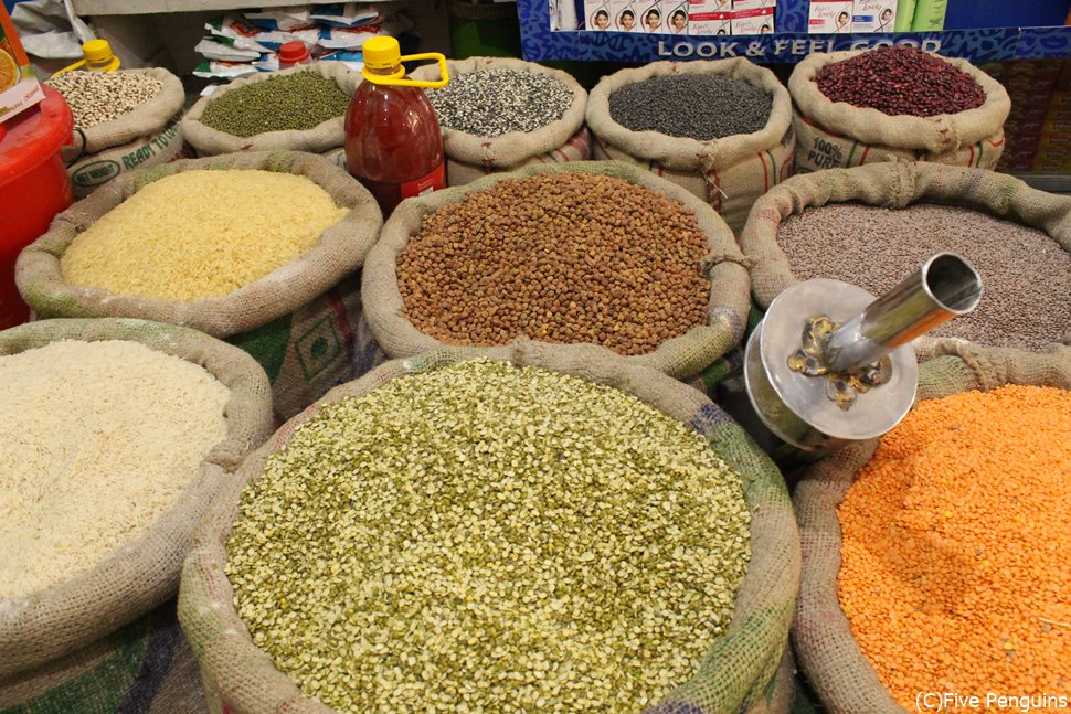 バザールでは何種類ものスパイスが売られている