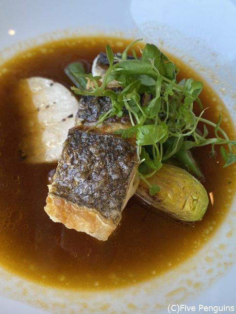三崎港の鮮魚はスズキ、魚でとった出汁のソースで