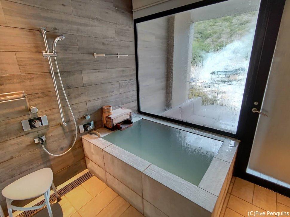 部屋に付いている半露天風呂はたっぷりのかけ流し
