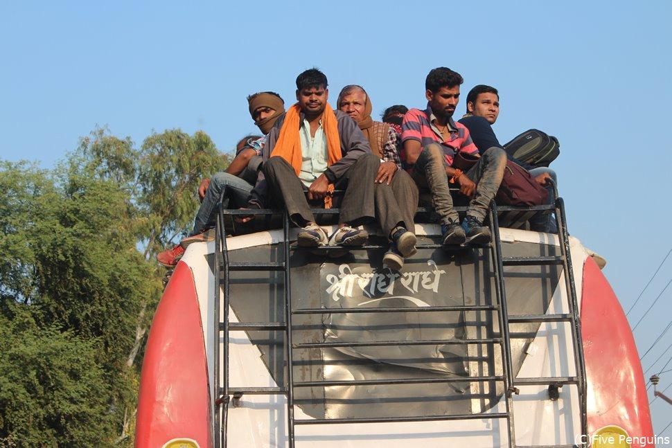 バスが満員なら、上に乗ればいい。それがインド流。