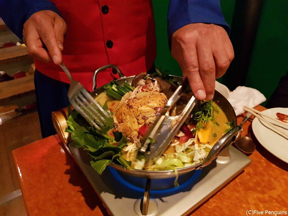 お店の人が鶏の骨などを除き、食べやすくしてくれる