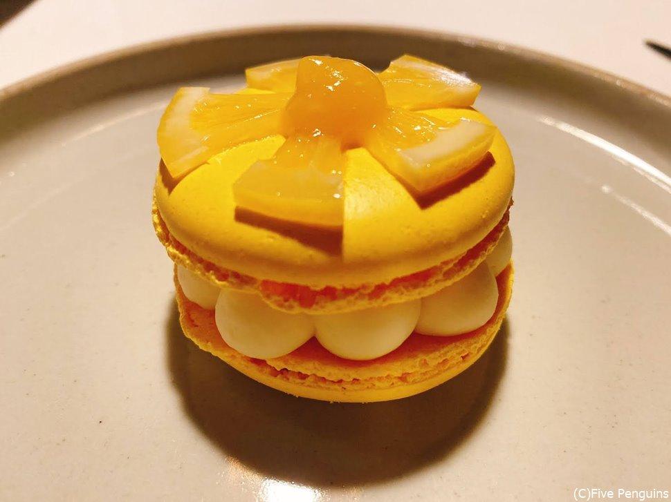 レモンのマカロン、ホワイトチョコのムース、オレンジピューレ