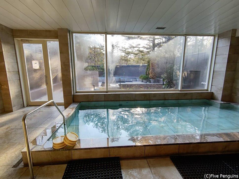 ゆったりとした大浴場。朝イチに行って独占!