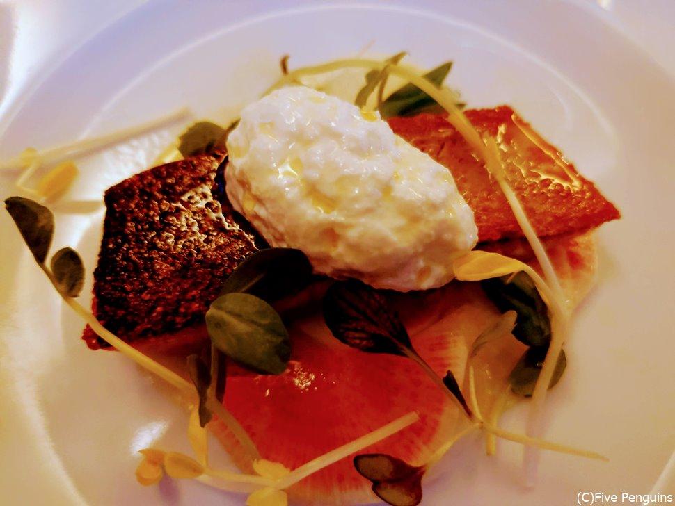 ボリュミーな前菜、桜マスの軽い燻製とブッラータチーズ