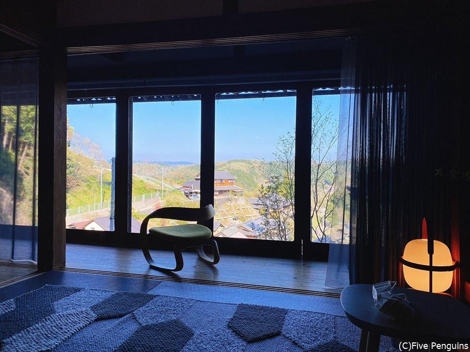 この椅子に座ってずっと里山の景色を眺めていたい
