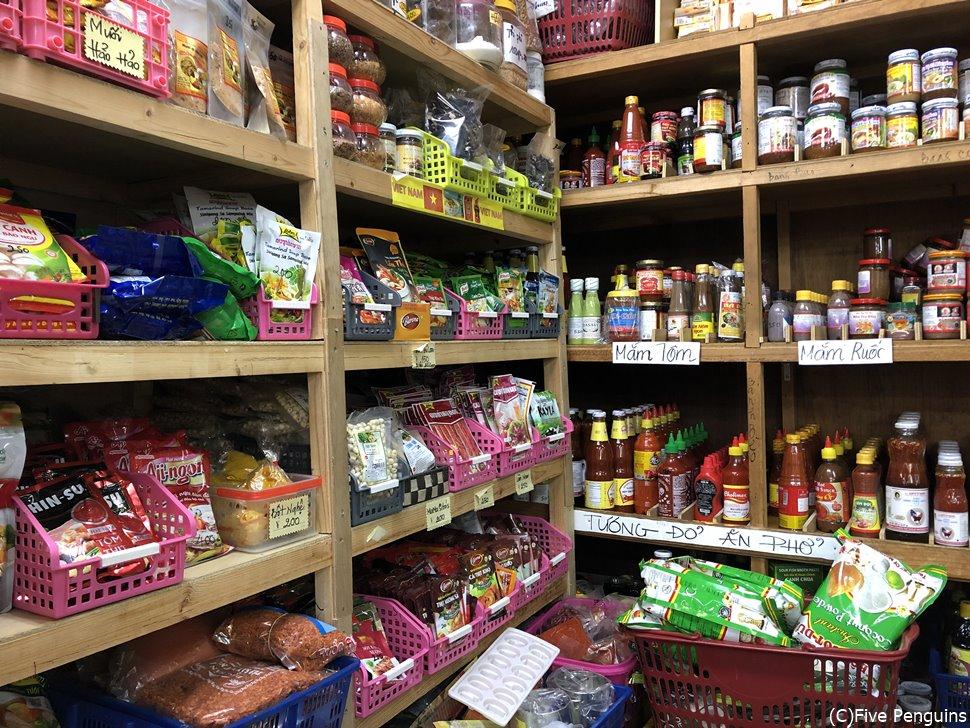 壁一面にずらりとアジア食材が並ぶ「タンハー」