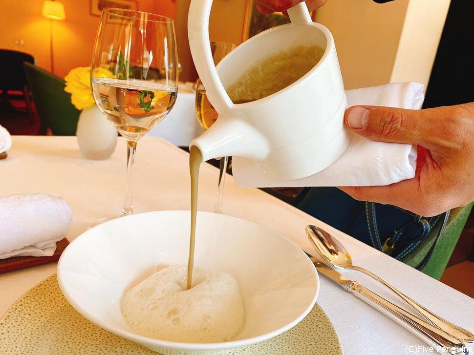 ゴボウのスープ。泡は敢えて混ぜないで一緒に食べる。
