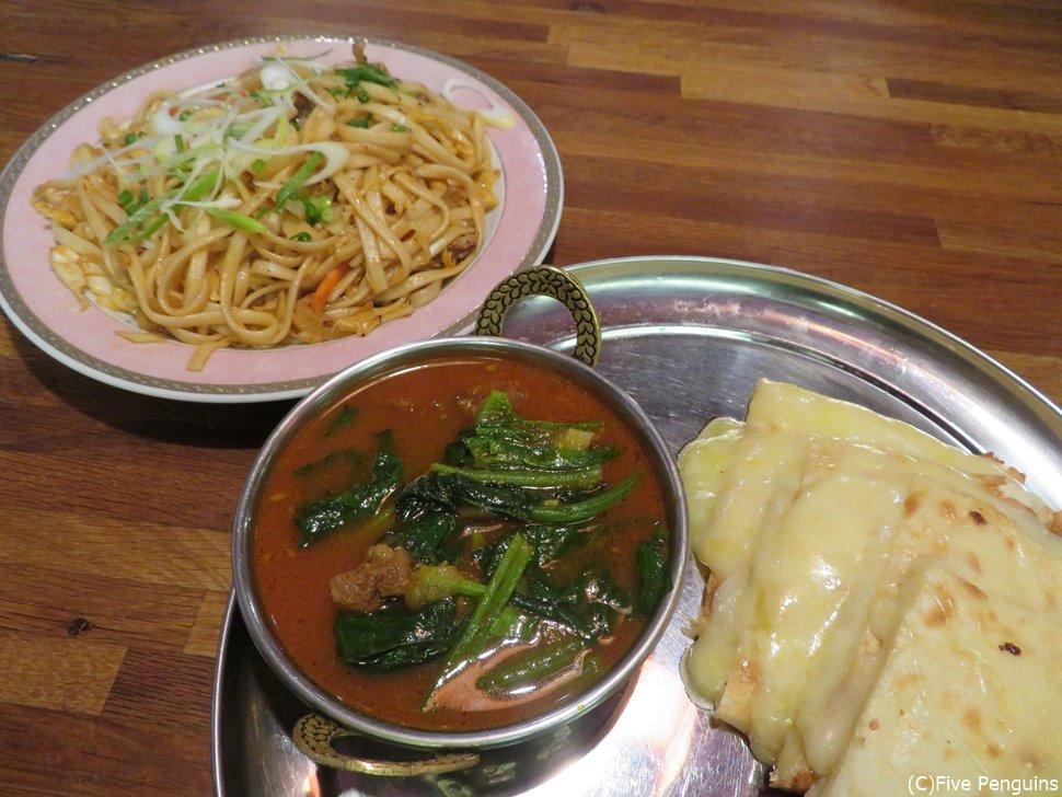 チベットカレーとチョウメン チーズナンが美味!