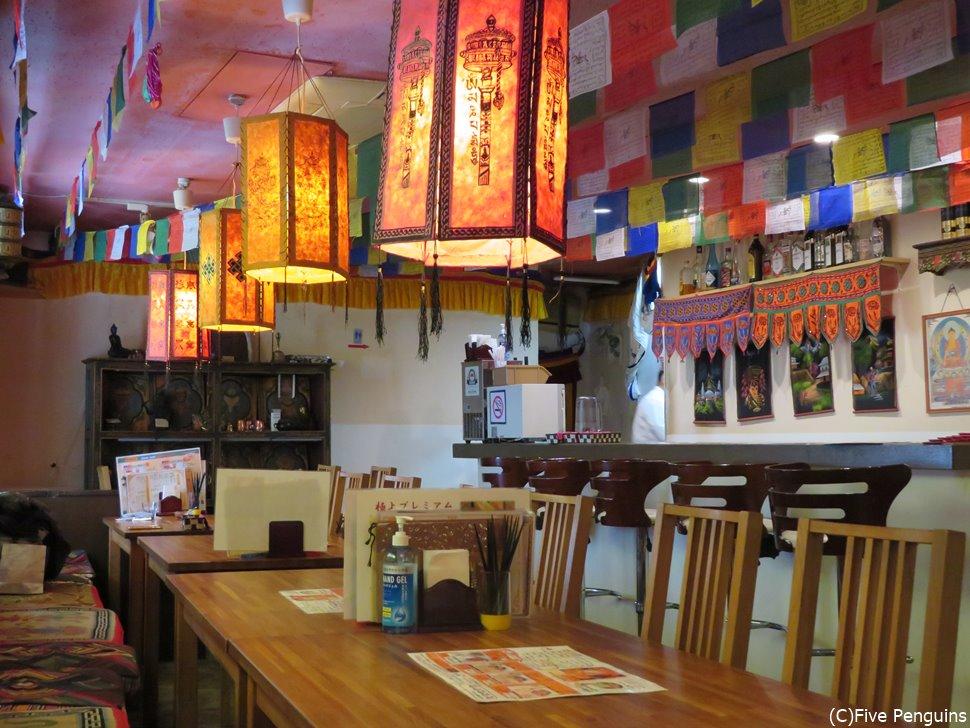 チベット雑貨やインテリアに囲まれ気分はまさにチベット