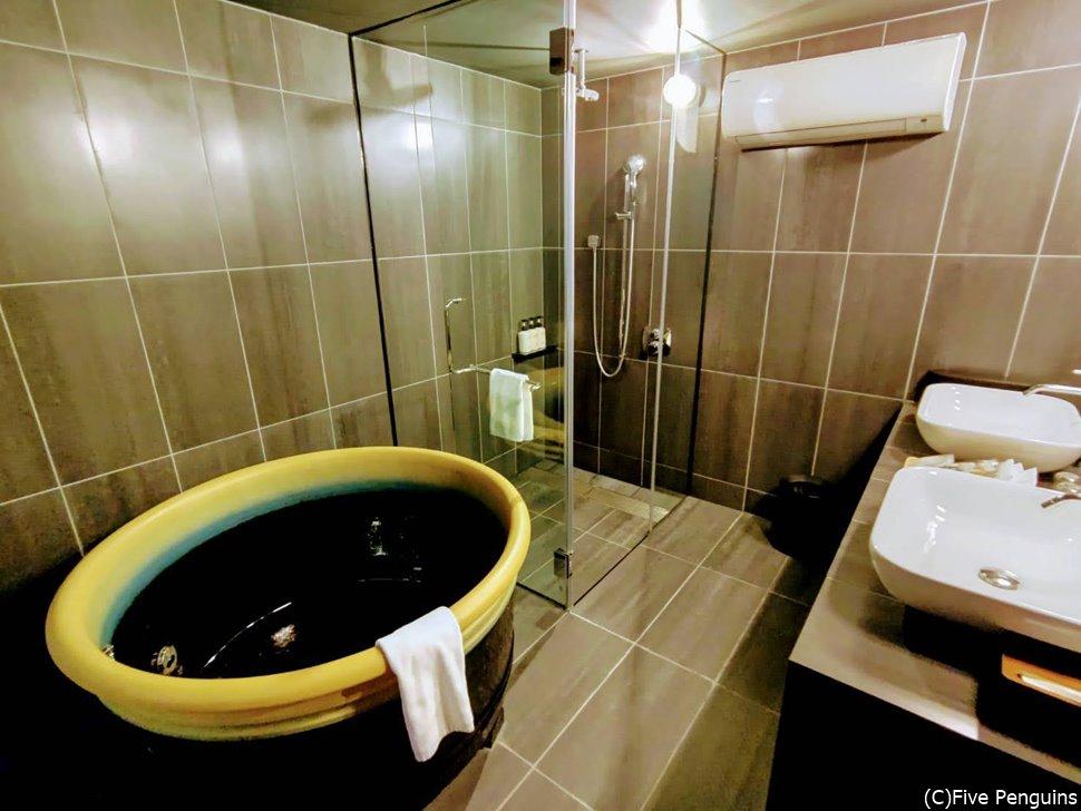 お部屋のバスルーム。お風呂の形が面白い。