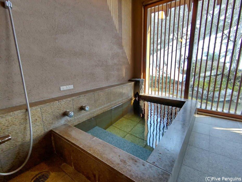 部屋風呂。景色を眺めながら純度100%の温泉を堪能