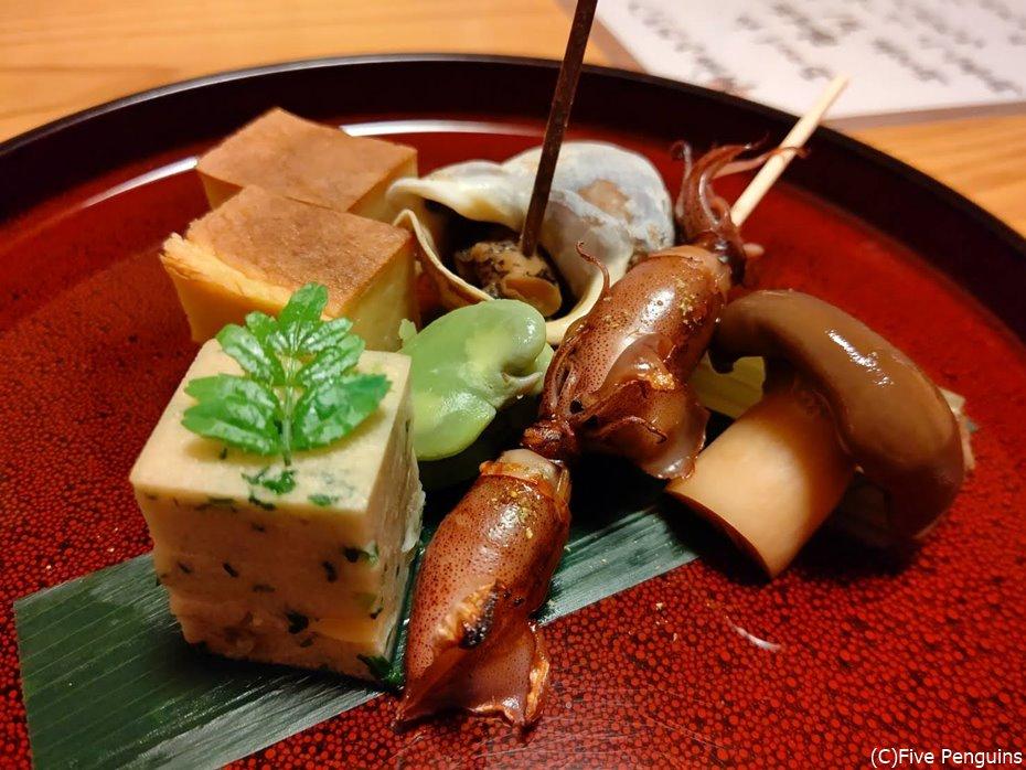 ホタルイカ、バイ貝、大黒しめじなどの前菜