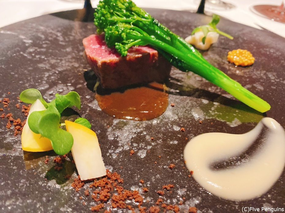 メインは熊本県赤牛。カカオのサブレが良いアクセント