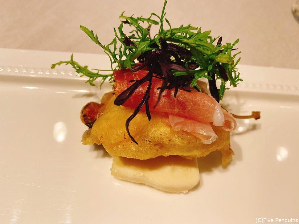 牡蠣のフリット。チーズとの組み合わせが抜群。
