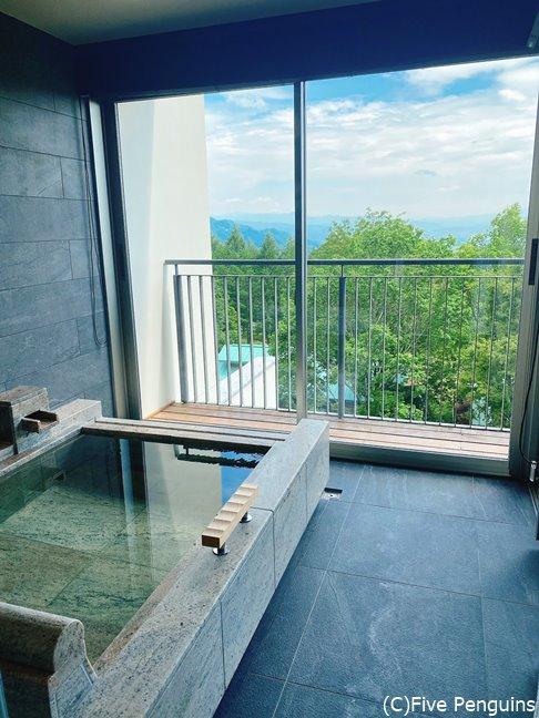 各部屋にある半露天の石風呂。眺めも抜群!