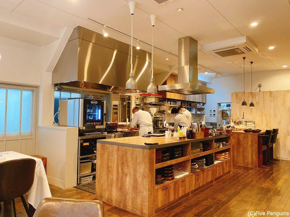 オープンキッチンは活気があっていいムード