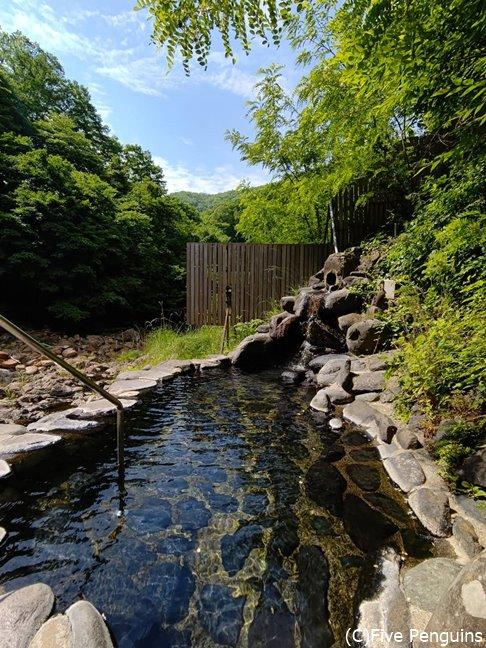 階段で下りていく、渓流に面した露天風呂