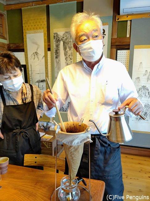 ヨシタケコーヒーの製法を伝承するマスターの田中さん