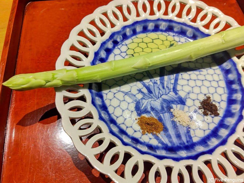 生の新鮮なアスパラもオリーブオイルと塩コショウで