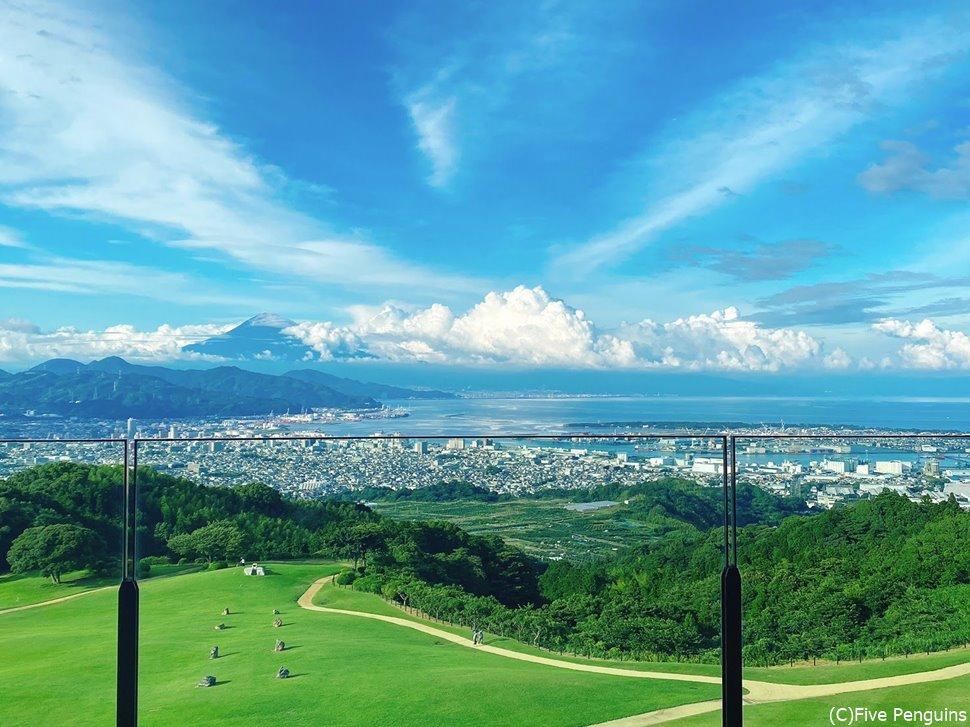 部屋から見える景色。左後方に富士山のシルエットが!