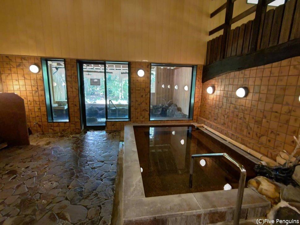 大浴場の内湯。外には露天風呂も