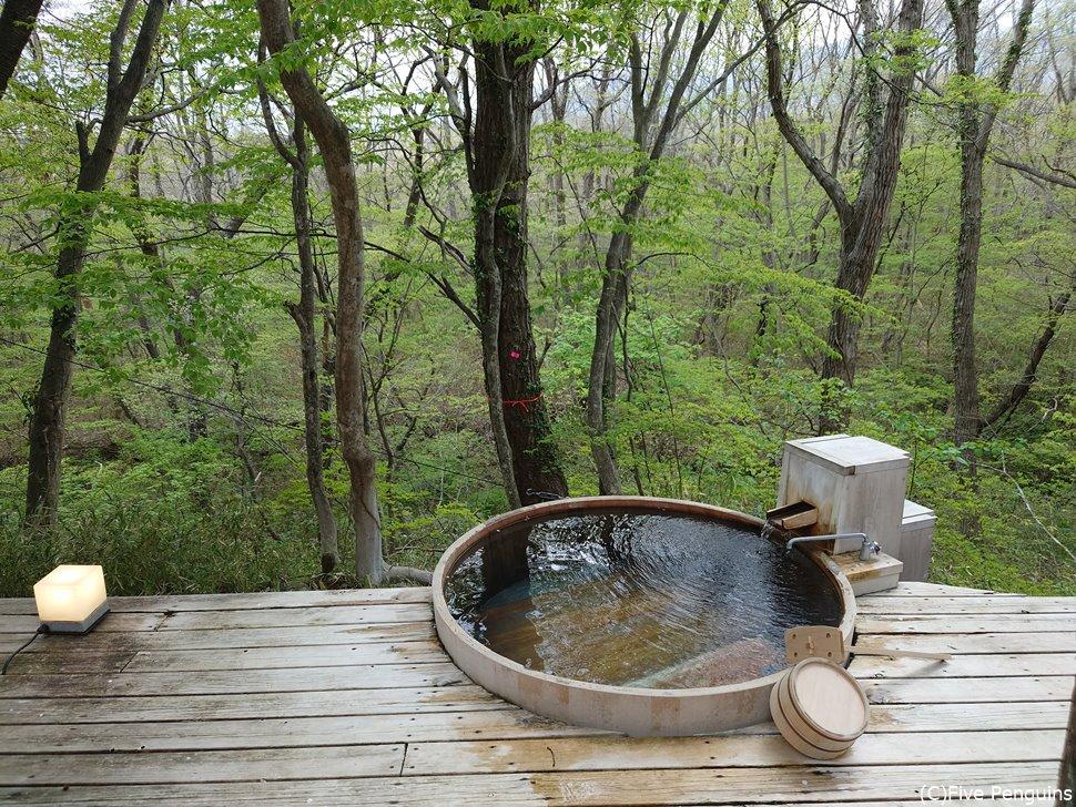「おぼろ月」という部屋の森林テラスの専用露天風呂