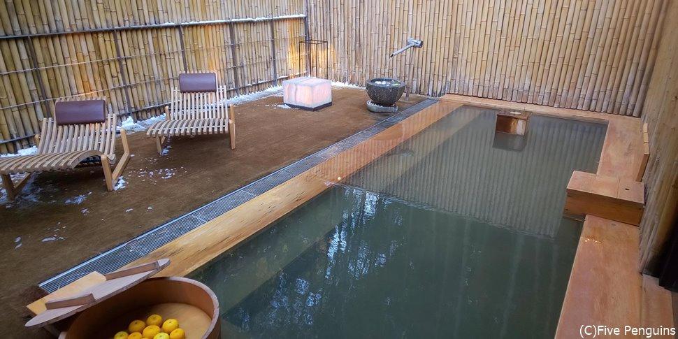 室内の露天風呂は大浴場のように大きい