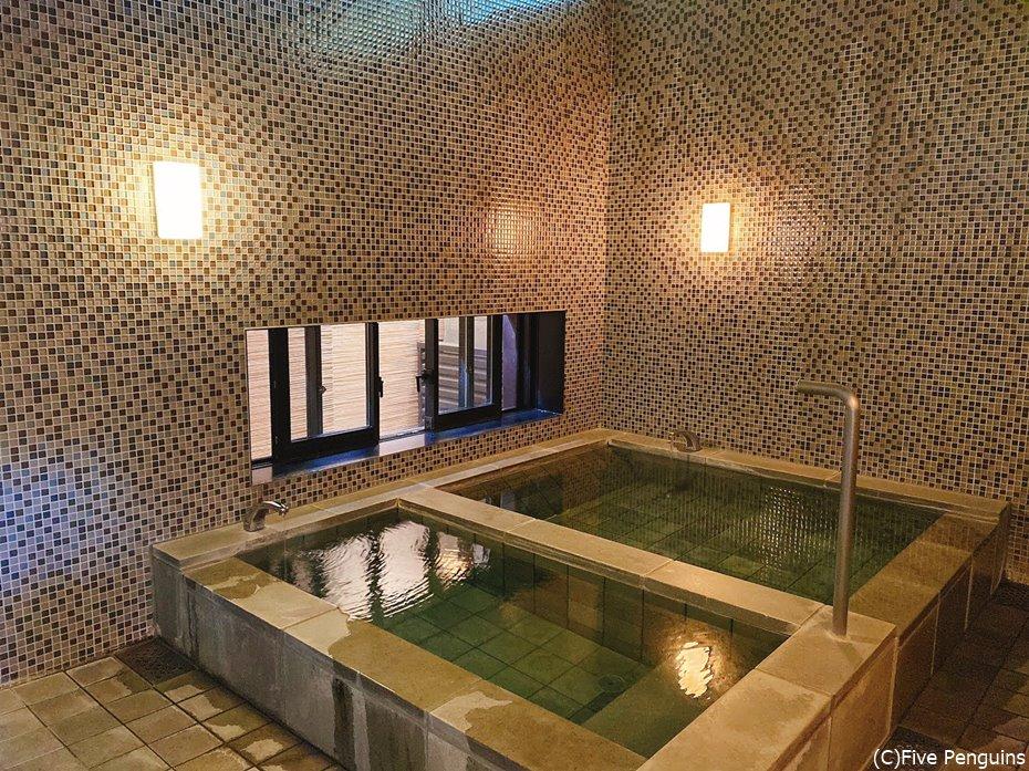貸切風呂の1つ。手前がサウナ用の水風呂。
