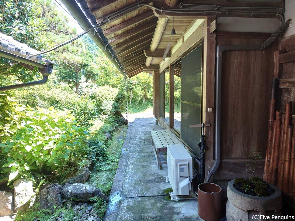 緑に囲まれた伝統的な日本家屋