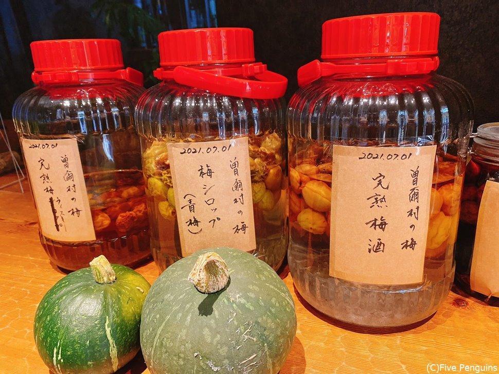 キッチンで作り置きされている梅酒などたくさん!