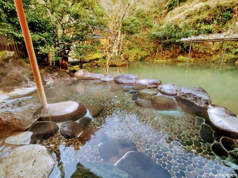 竹林と池を眺めながら四季の変化を楽しめる露天風呂
