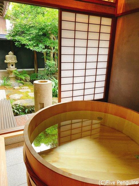 「木の間」のお風呂は庭を眺めながら癒しの時