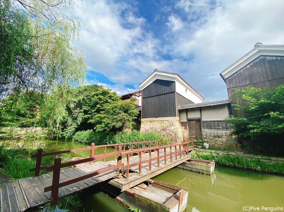 かつては琵琶湖に繋がり物資を運ぶ舟が行き交った水路