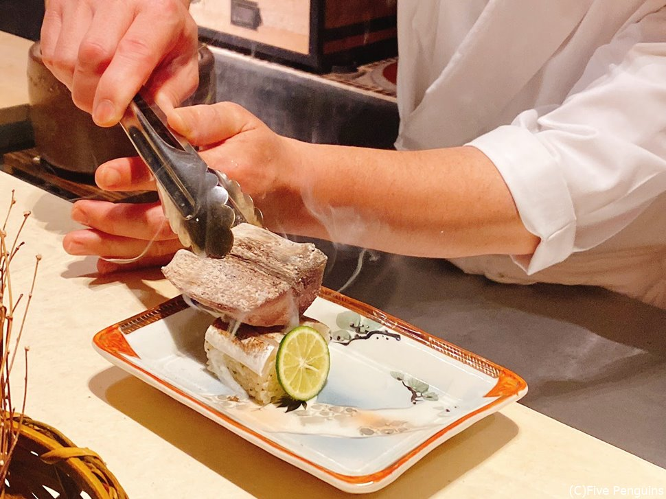 カマスの寿司に炭で焼き目を付ける
