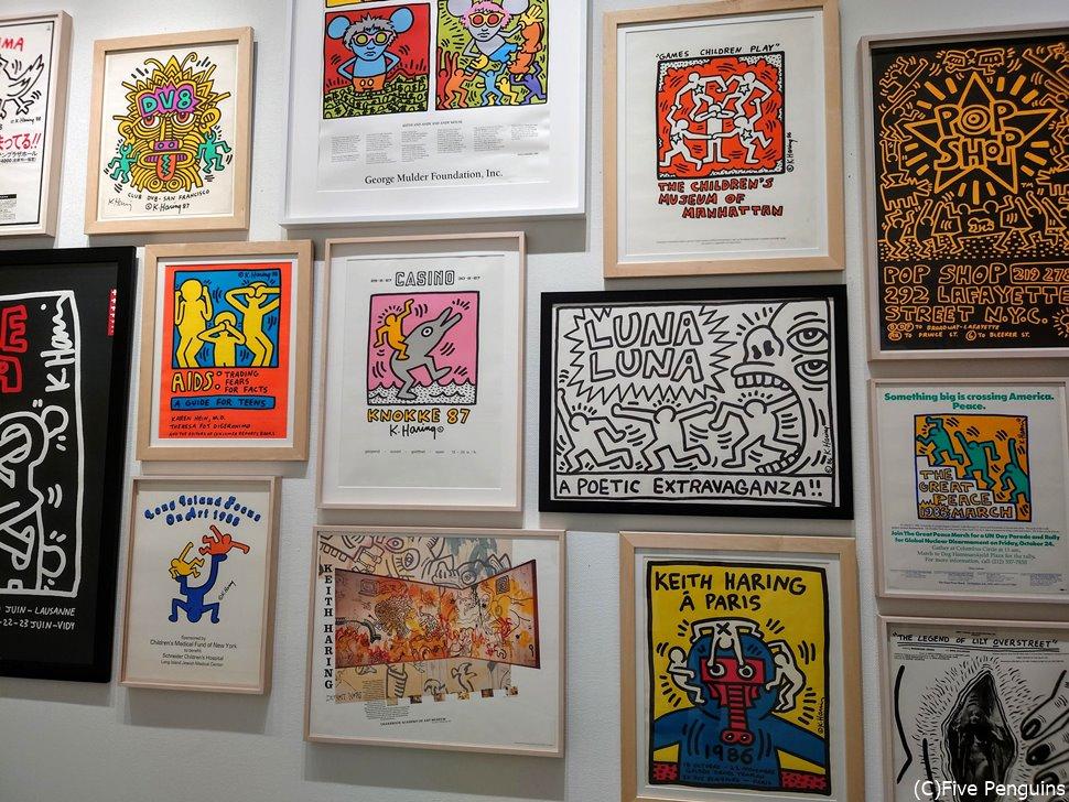 キース・へリングのさまざまなイラストが展示されている