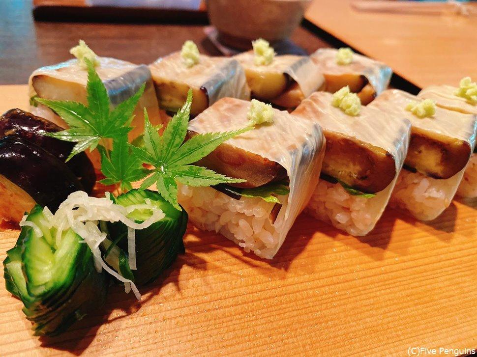 季節ごとに野菜が変わる箱寿司。夏の今は茄子