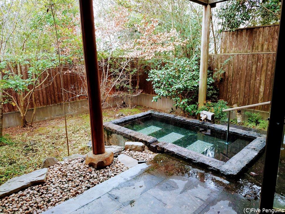 お部屋の庭にある専用露天風呂