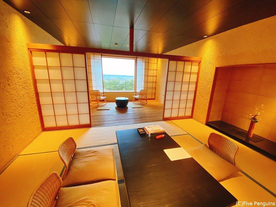和洋室「唐紅花」の部屋。奥にベッドルームも