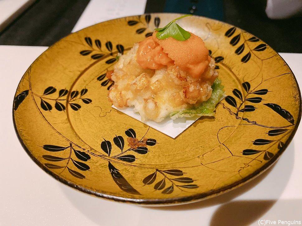 トウモロコシと大葉の天ぷらにウニを乗せて