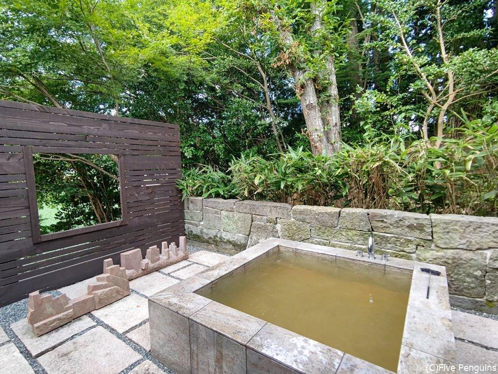 奥道後温泉から温泉の湯を引いてきたという露天風呂