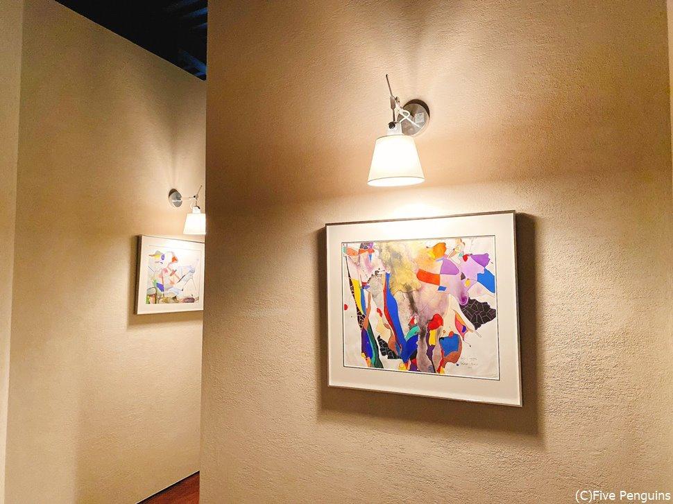 廊下にも部屋にもオーウェンス氏の絵が飾られている