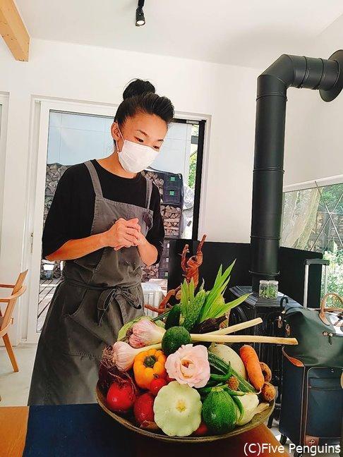 収穫したたくさんの野菜を披露してくれる吉田シェフ