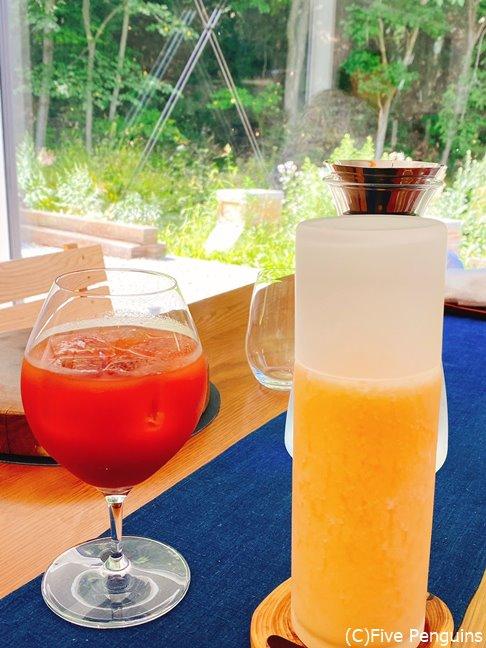 右が夕張メロンジュース。トマトジュースも当然絶品