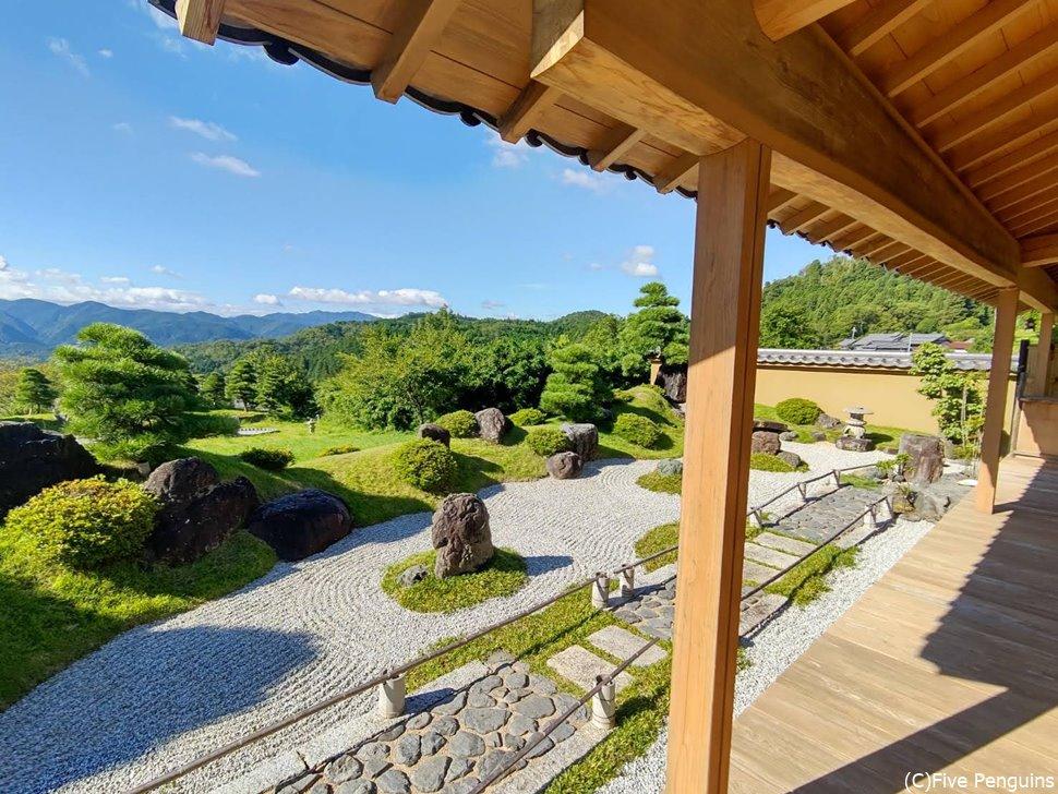 どこかのお寺の石庭?いえいえ、ささゆり庵のお庭です