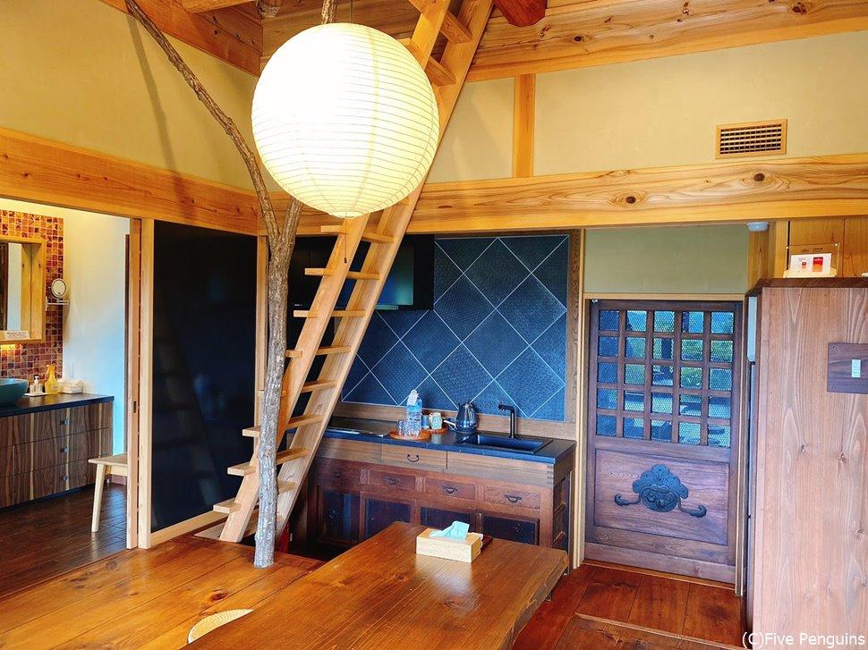 扉の奥には出張シェフ用の隠された厨房がある